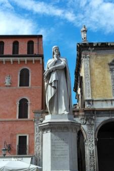 Verona in due giorni: statua di Dante Alighieri