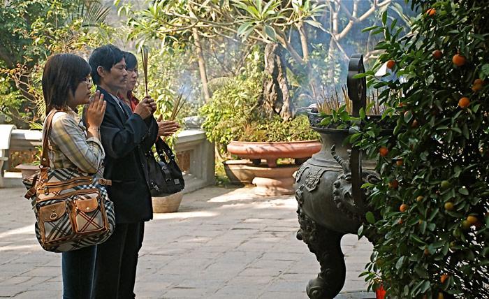 Preghiere al Tempio di Ngoc-Son - Hanoi