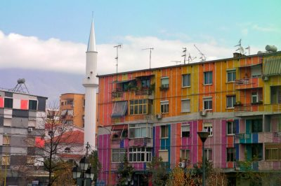 Tirana, case colorate