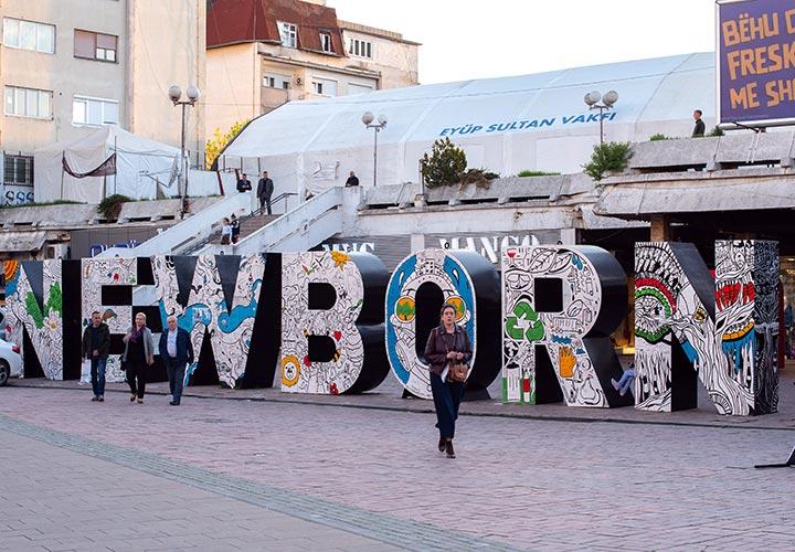 Il monumento che ricorda l'indipendenza del Kosovo